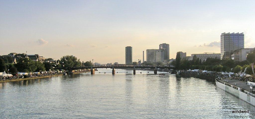 Blick vom Eisernen Steg auf die Untermainbrücke mit Drachenbooten