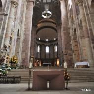 Vorne der moderne Altar. Er past zur nur scheinbar schlichten romanischen Architektur des Doms