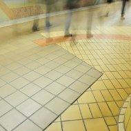 U-Bahn-Station Alte Oper - Bunte Fliesen im Vorübergehen