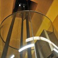 U-Bahn-Station Alte Oper - Spiegelung im gläsernen Aufzugschacht