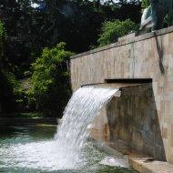 Wasserfall im ersten Hof