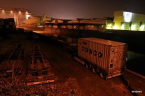 Lichter einer Großstadt - Im Dunkeln im Osthafen